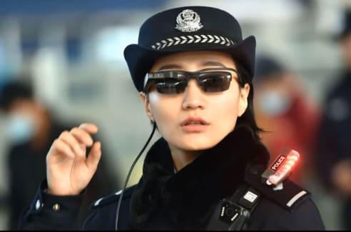 Policía China con gafas de inteligencia artificial y reconocimiento facial