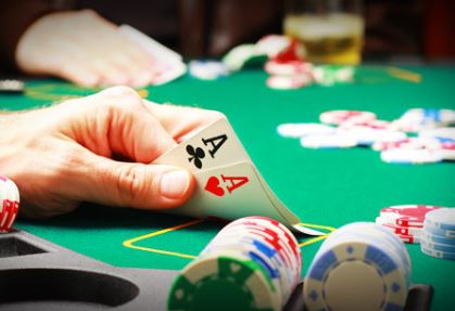 Un bot que ha aprendido a jugar al póker él sólo vence a los mejores jugadores del mundo