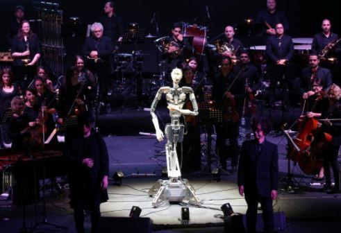 Un robot humanoide con Inteligencia Artificial dirige una orquesta