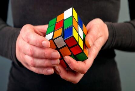 IA de la mano de un robot que resuelve cubo de Rubik